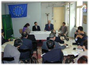 ベルギー小企業連合のソレ会長(写真中央右)からヨーロッパの中小企業運動の歴史と成果を学ぶ鋤柄氏(写真中央左) (2002年9月に行われた愛知同友会欧州中小企業施策視察団