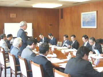 2003年12月17日に開催された愛知県産業労働部との懇談会の風景です。