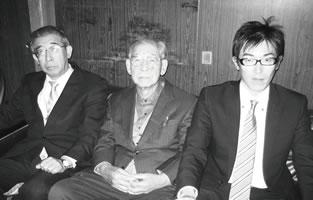 三代そろって… 左から良一氏、 父の庄造氏(名誉会員)、息子の久晴氏(名古屋第3青同)