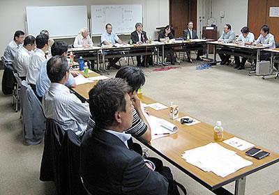 景況調査の内容を議論する分析会議の様子