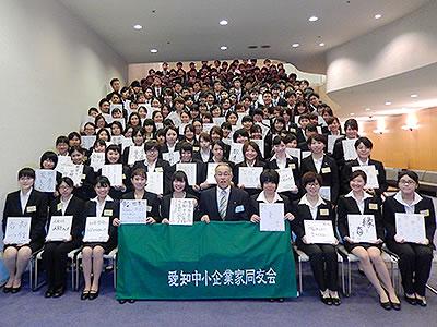 決意を書いた色紙を持ち184名の新入社員全員で記念撮影(4/2・3共育研修会)