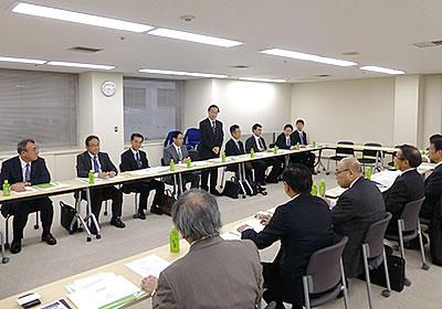 挨拶する飯塚厚東海財務局長(中央)