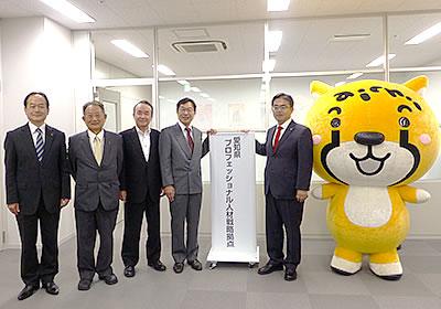 発足式の様子(左から武田氏、徳升相談役、加藤代表理事、大村県知事)