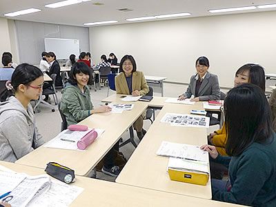 座談会(グループ討論)では学生から女性局員に様々な質問が出される