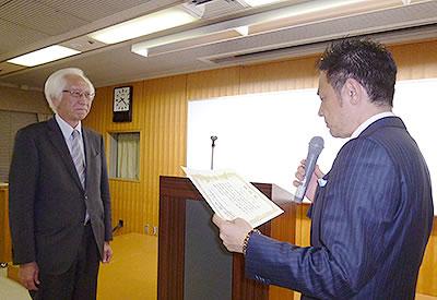 荒川氏(左)へ加藤氏より感謝状が贈られた