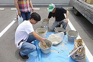 セメント、砂、水を配合させモルタルを作る