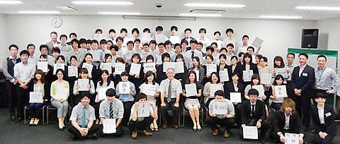71名の研修生とスタッフ全員で記念撮影