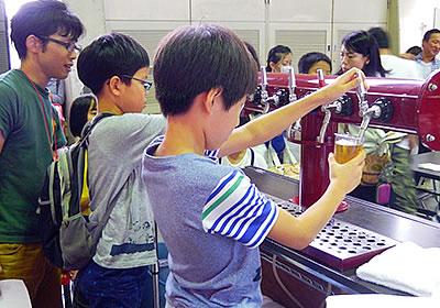 ビールサーバーを使って炭酸飲料をコップに注ぐ